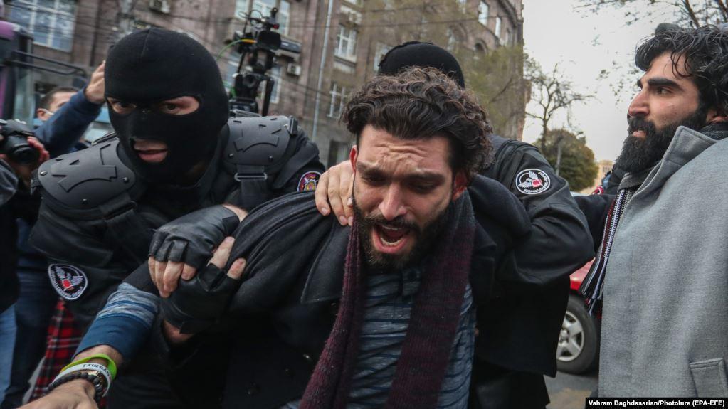 """Поліції знадобилося кілька хвилин, щоб звільнити проїжджу частину / Фото """"Радіо Азаттик"""""""
