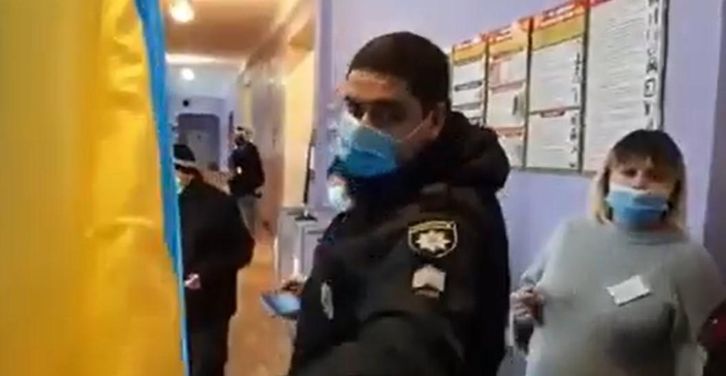 В Днепре полиция не разрешила избирателю фотографировать бюллетень / скриншот с видео