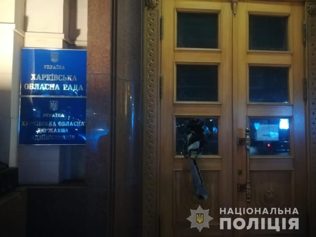 """В Харькове парень """"напал"""" на облсовет/ Нацполиция"""