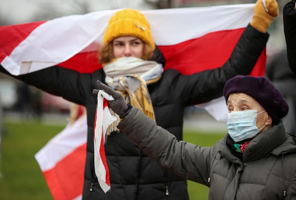 Бчб-прапор - Лукашенко хоче заборонити символіку, з якою виходять на протести/ REUTERS
