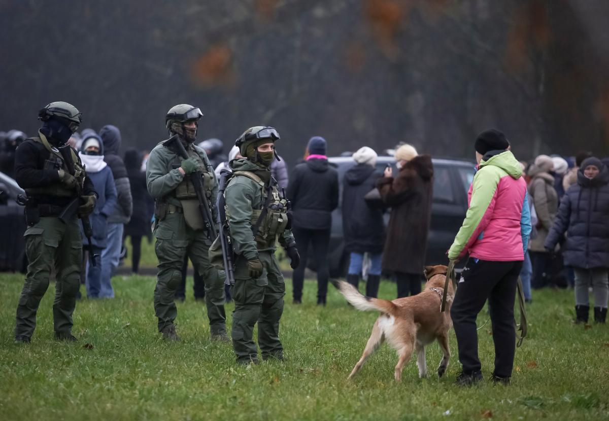 Силовики задерживают протестующих / REUTERS