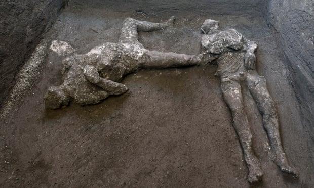 Найденные в Помпеях тела двух мужчин / фото theguardian.com