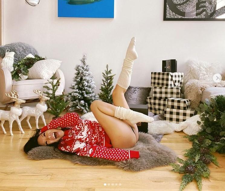 ПорнозвездаАса Акира продемонстрировала рождественскийпуловер/ фото PornHub/Instagram