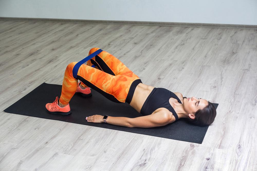 Упражнения с резинкой для пресса / фото ua.depositphotos.com