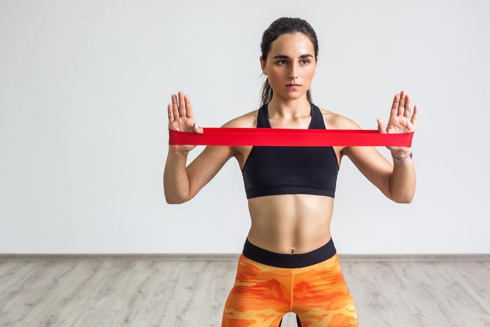 Упражнения на руки с резинкой / фото ua.depositphotos.com