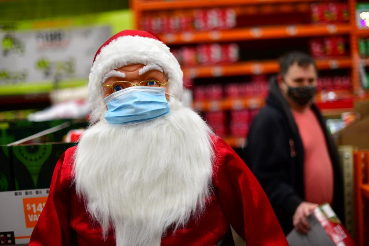 Актер, исполнявший роль Санта-Клауса, не знал, что у него коронавирус, когда приходил в дом престарелых/ иллюстрацияREUTERS
