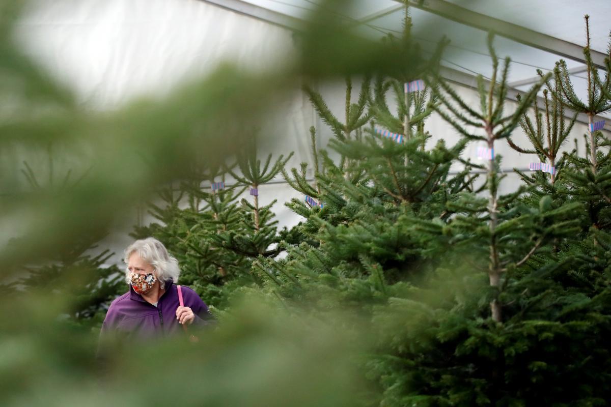 В Минздраве вызывает беспокойство период новогодних праздников, когда происходит большое количество контактов между людьми / фото REUTERS