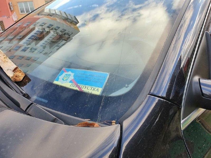 На лобовом стекле автомобиля водителя-нарушителя виднополицейский пропуск / фото Варта-1