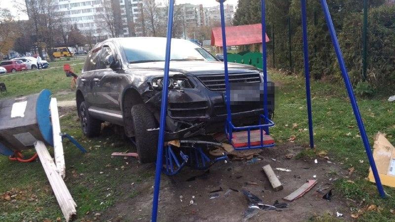 Один из очевидцев происшествия едва успел забрать ребенка / фото патрульной полицииЛьвовской области