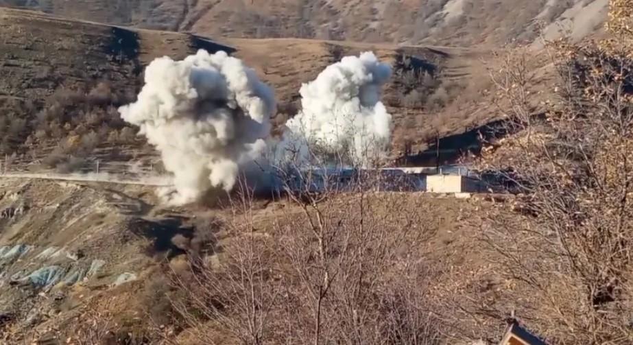 Военные подорвали здания перед тем, как покинуть район/ скриншот из видео