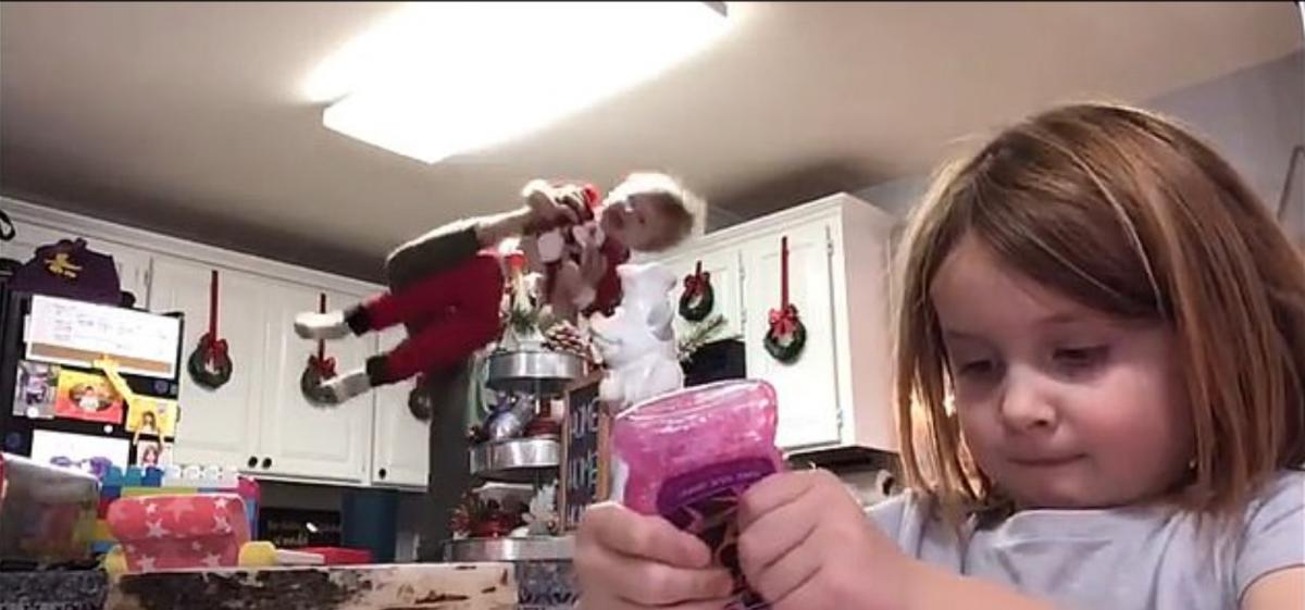 Отец взял на руки маленького сынаи стал трясти его в такт музыке / скриншот из видео