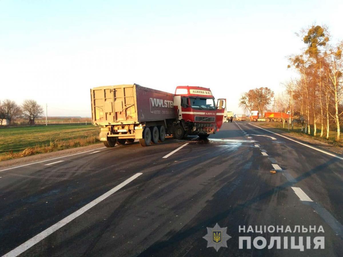 Зіткнулися вантажівка та легковик / фото Нацполіція