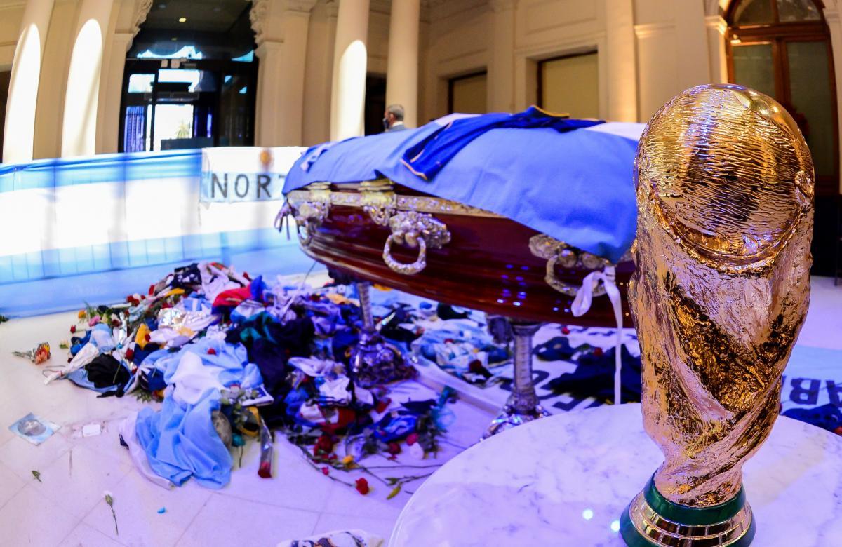 Кубок світу біля труни Дієго Марадони / фото REUTERS
