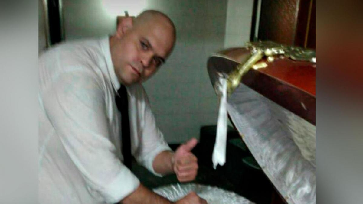 Легендарного футболіста ховають у закритій труні, а співробітник моргу позував з відкритою труною / фото tn.com.ar
