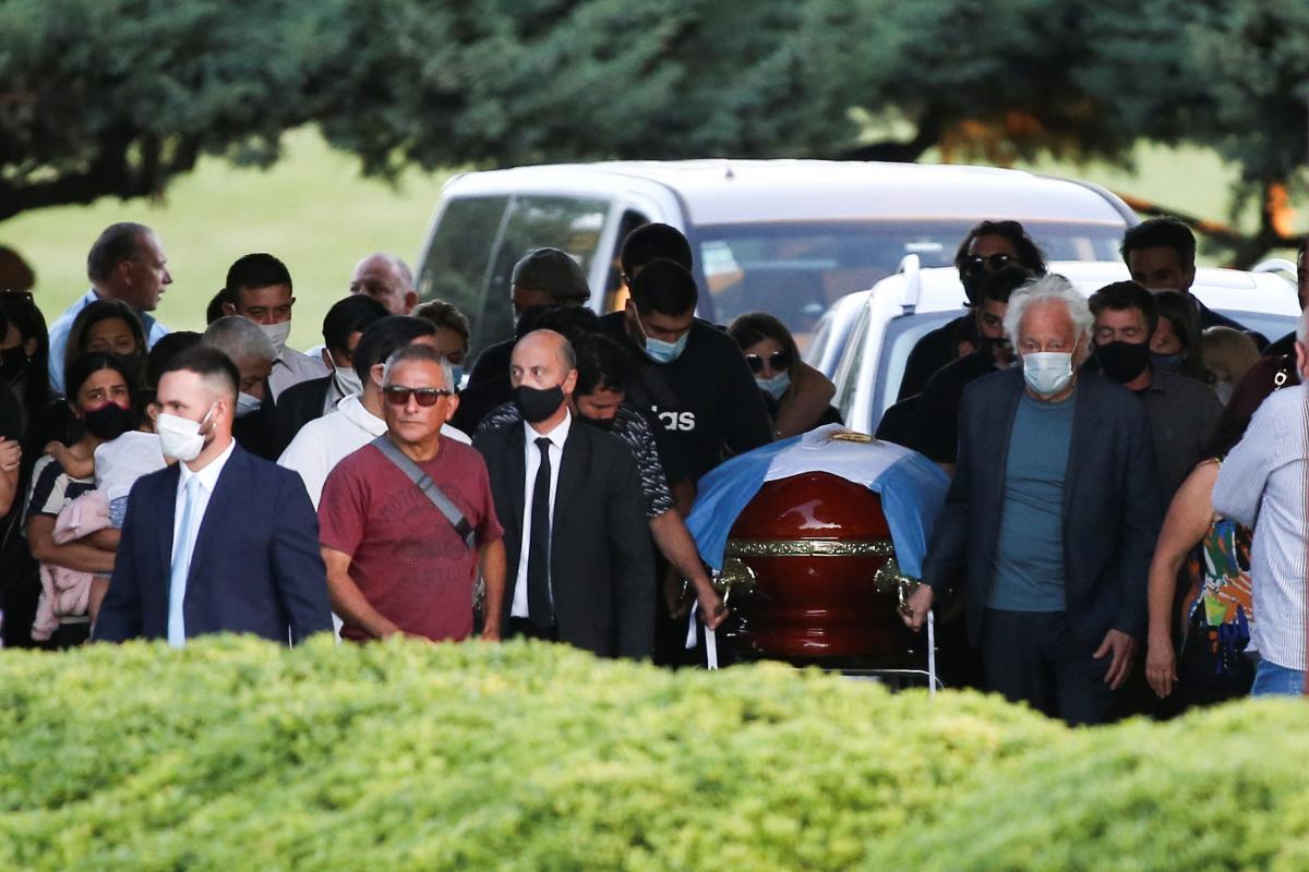 Родичі та близькі Дієго Марадони з труною / фото REUTERS