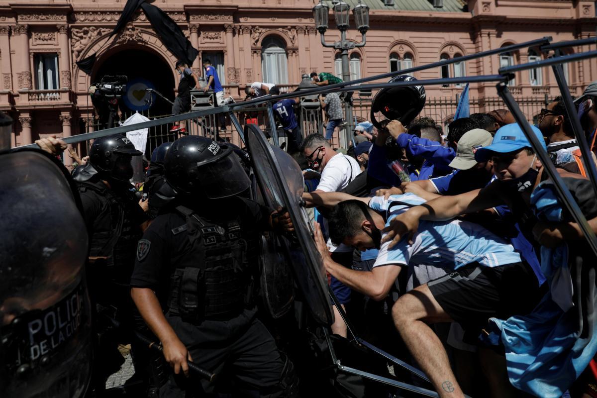 Столкновения людей и полиции / фото REUTERS