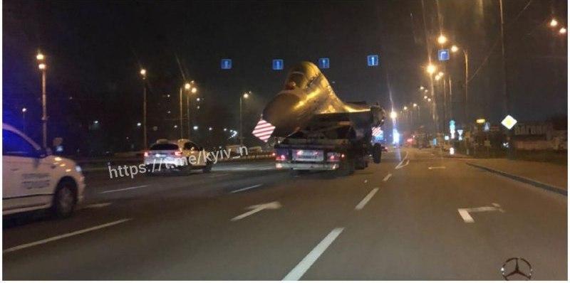 В Киеве перевозили самолет / фото t.me/kyiv_n