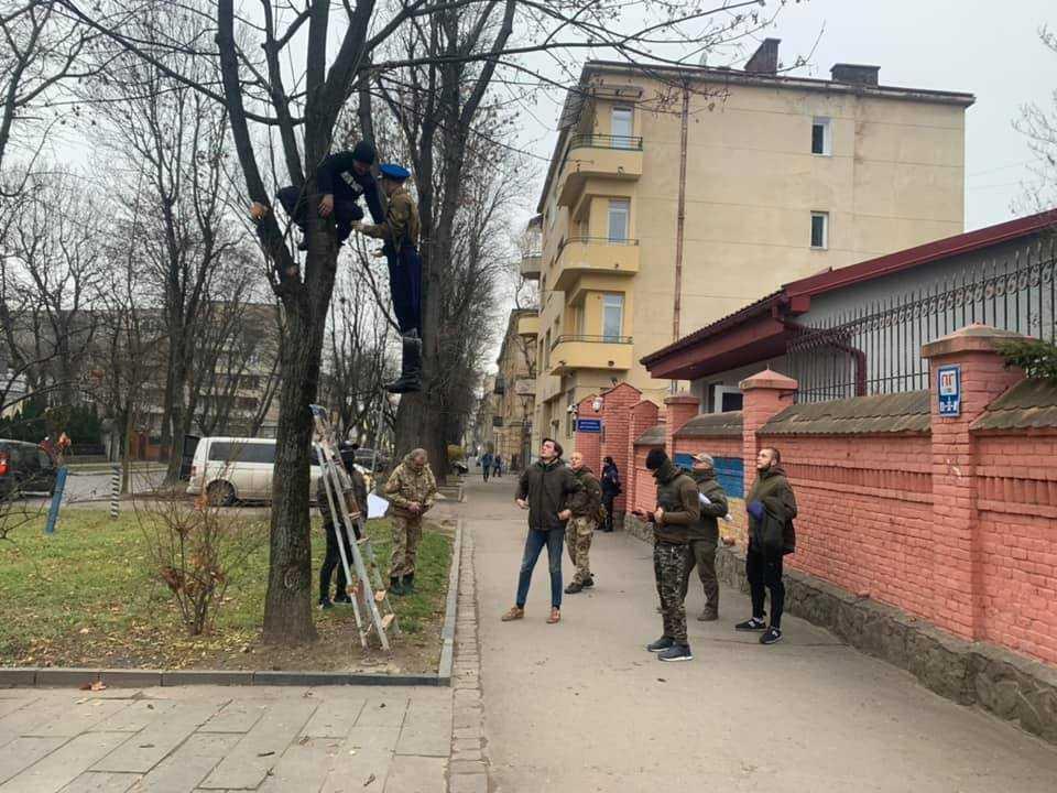Чучело «москаля» повесили под стенами Генконсульства РФ / фото Facebook Елены Живко