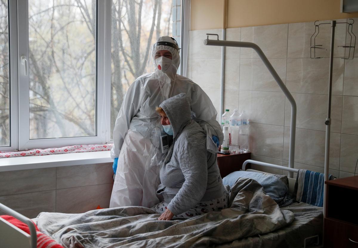 В Україні продовжує збільшуватись кількість хворих на COVID-19, яких госпіталізують / фото REUTERS