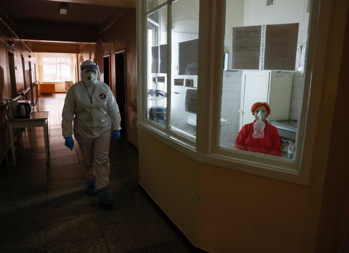 Медикам выплачивают страховку в случае инфицирования коронавирусом / фото REUTERS