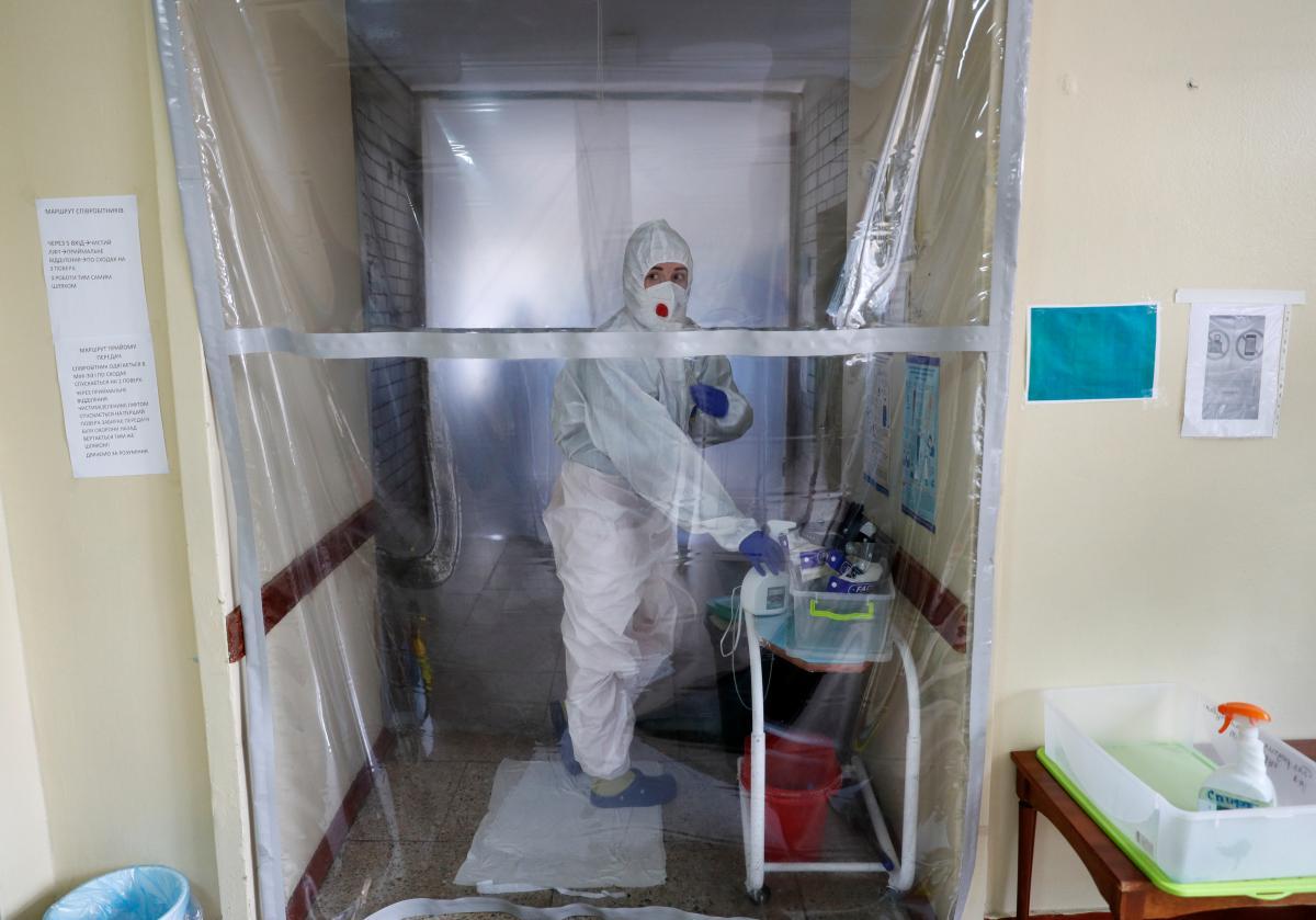 Коронавирус новости - сколько больных в Украине, данные по областям / REUTERS