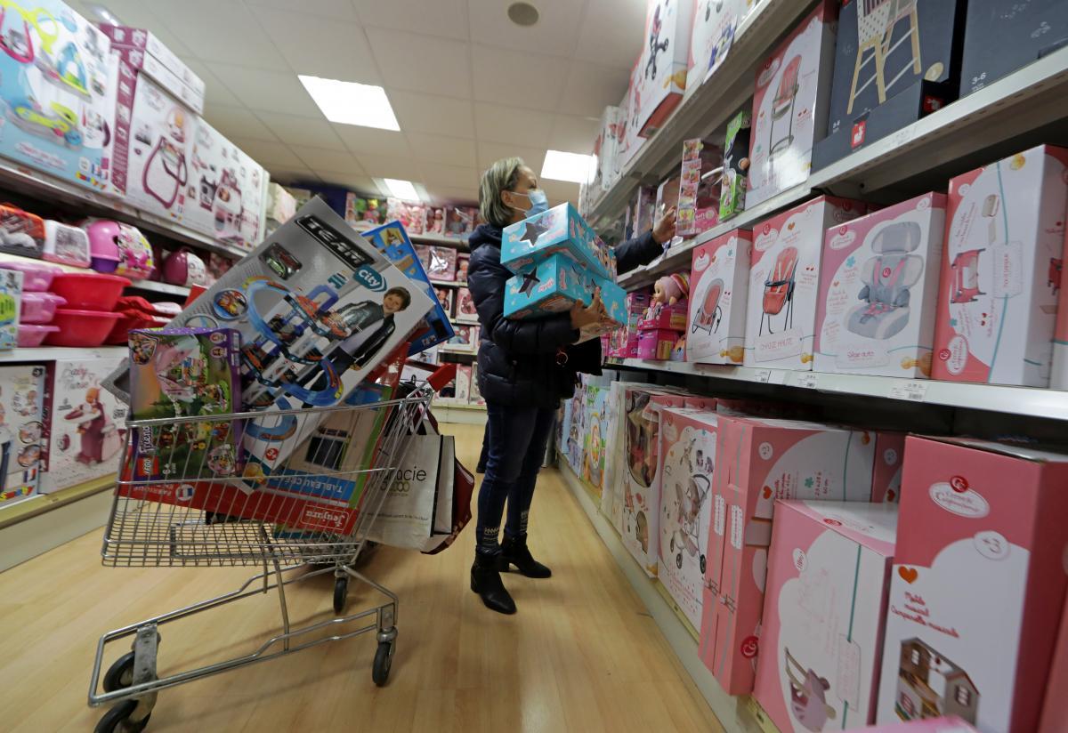 Уряд вже дозволив магазинам працювати до 21 години /REUTERS