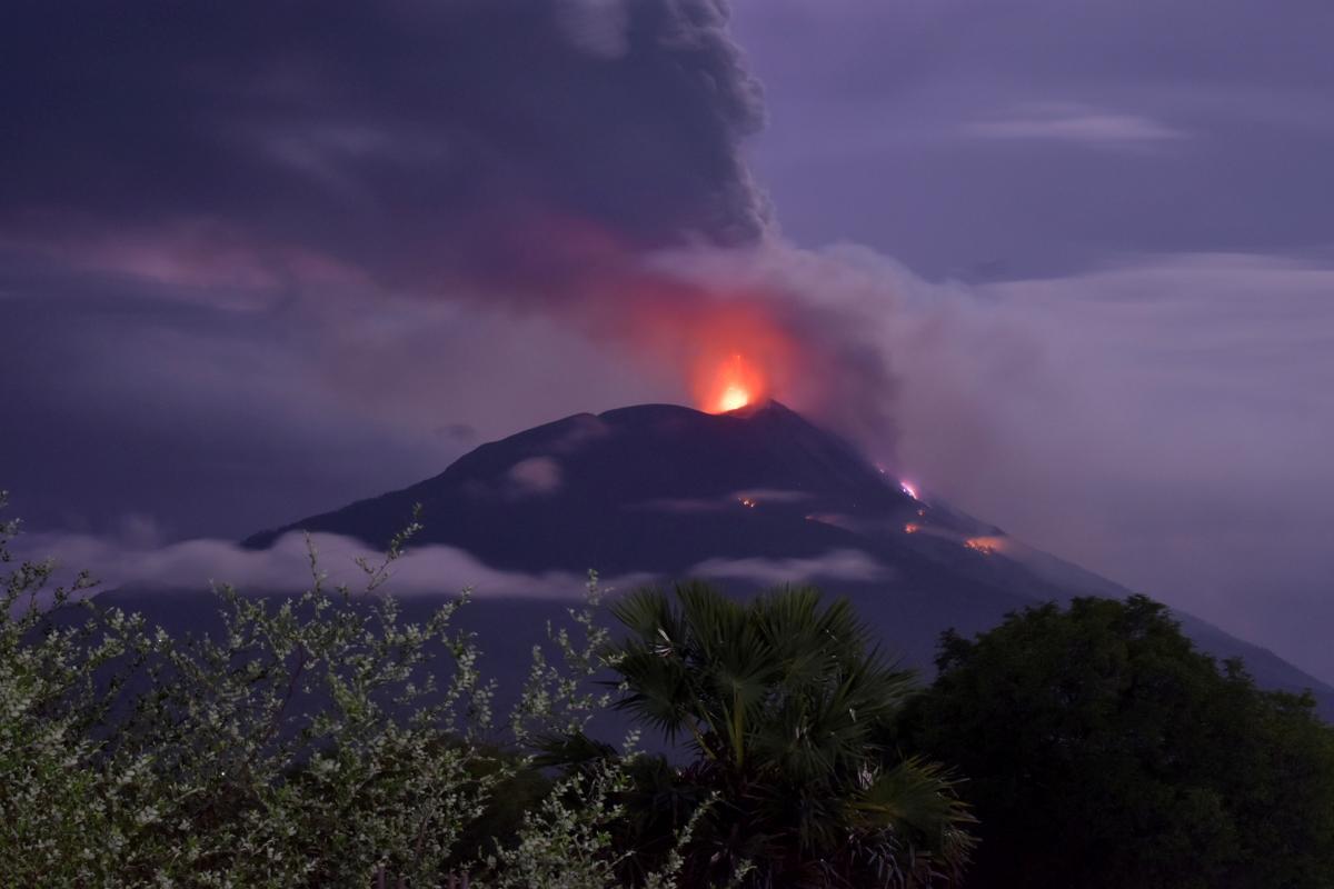 В Індонезії почав вивергатися вулкан Левотоло / фото REUTERS