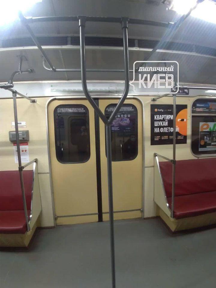 В вагонах добавили поручней / фото Типичный Киев