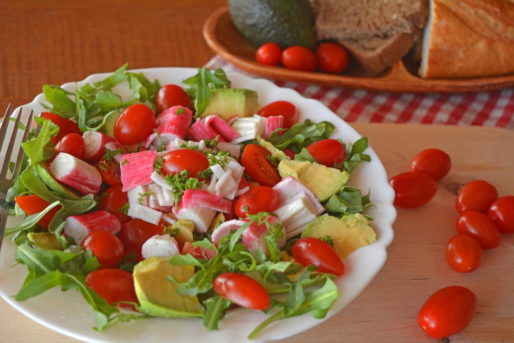 Салат з крабовими паличками і помідором / фото ua.depositphotos.com