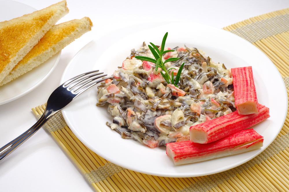 Салат з крабовими паличками і морською капустою рецепт / фото ua.depositphotos.com