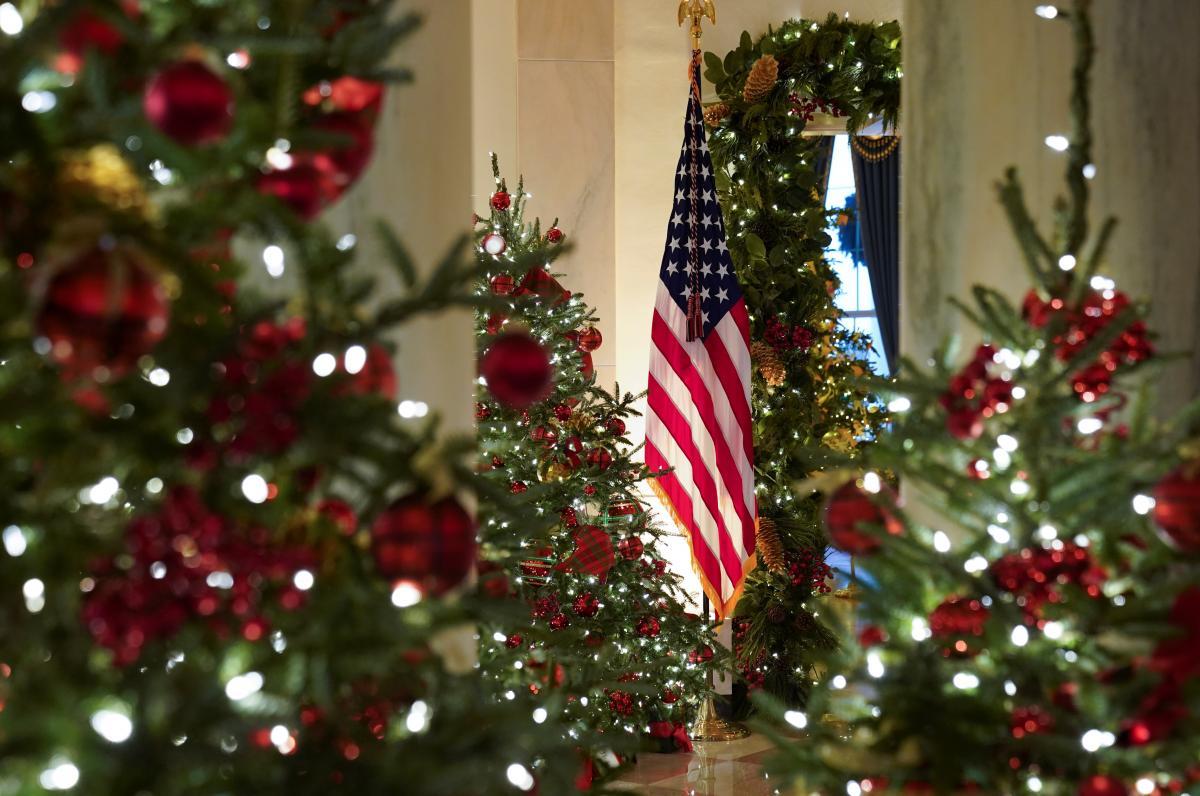 Первая леди США традиционно отвечает за декорирование Белого дома к Рождеству / фото REUTERS