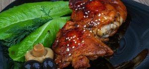 Румяные и сочные куриные бедрышки: как приготовить блюдо в духовке