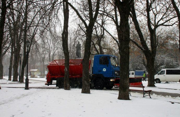 Коммунальщики сразу начали расчищать дорогу / Фото: odessa-life.od.ua