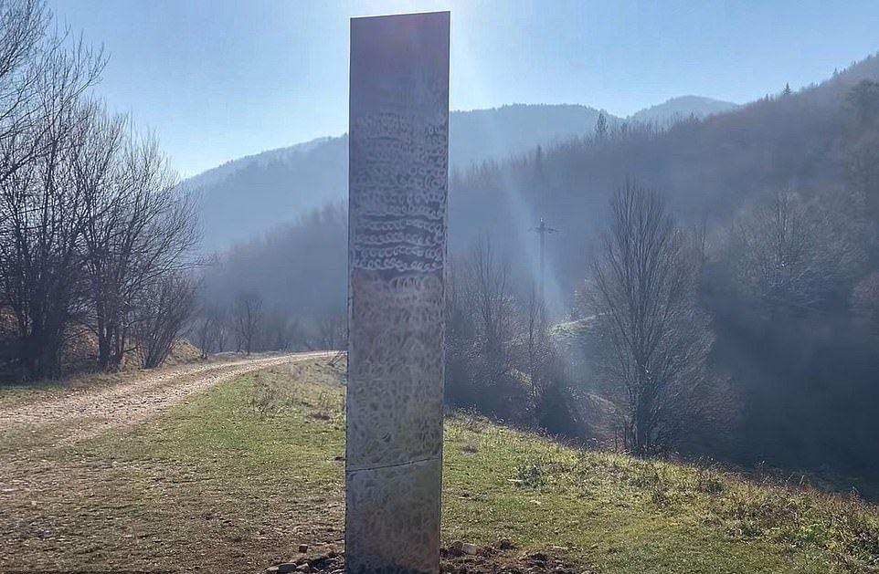 Загадочный монолит обнаружили в Румынии / фото dailymail.co.uk