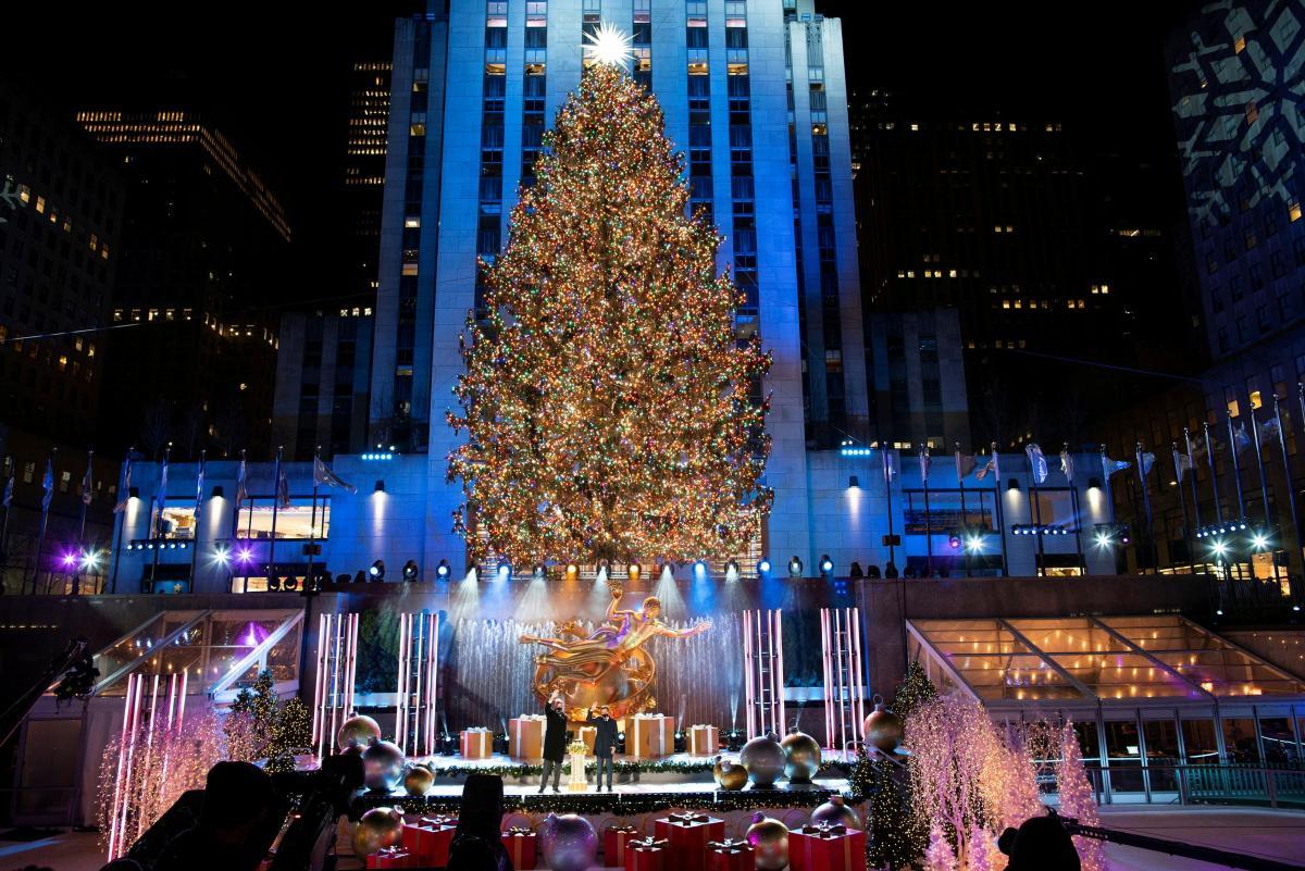 Різдвяне дерево щороку урочисто запалюють біля Рокфеллер-центру/ фото REUTERS