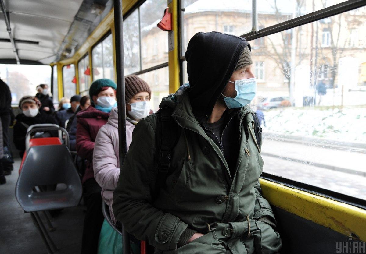 20-30 % инфицирования происходит в транспорте из-за несоблюдения правил / фото УНИАН