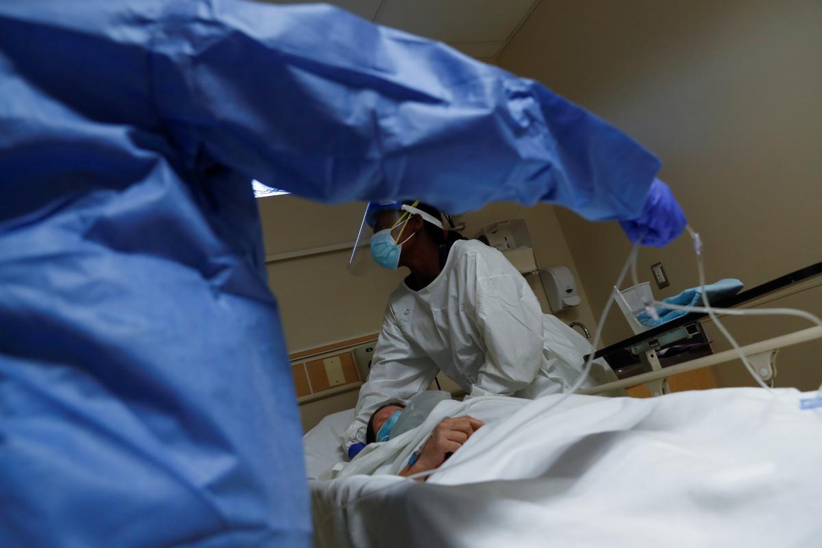 Отмечается, что по состоянию на 9 декабря, НСЗУ выплатила более 10 млрд 611 млн грн за оказание помощи пациентам с COVID-19 и с подозрением / REUTERS