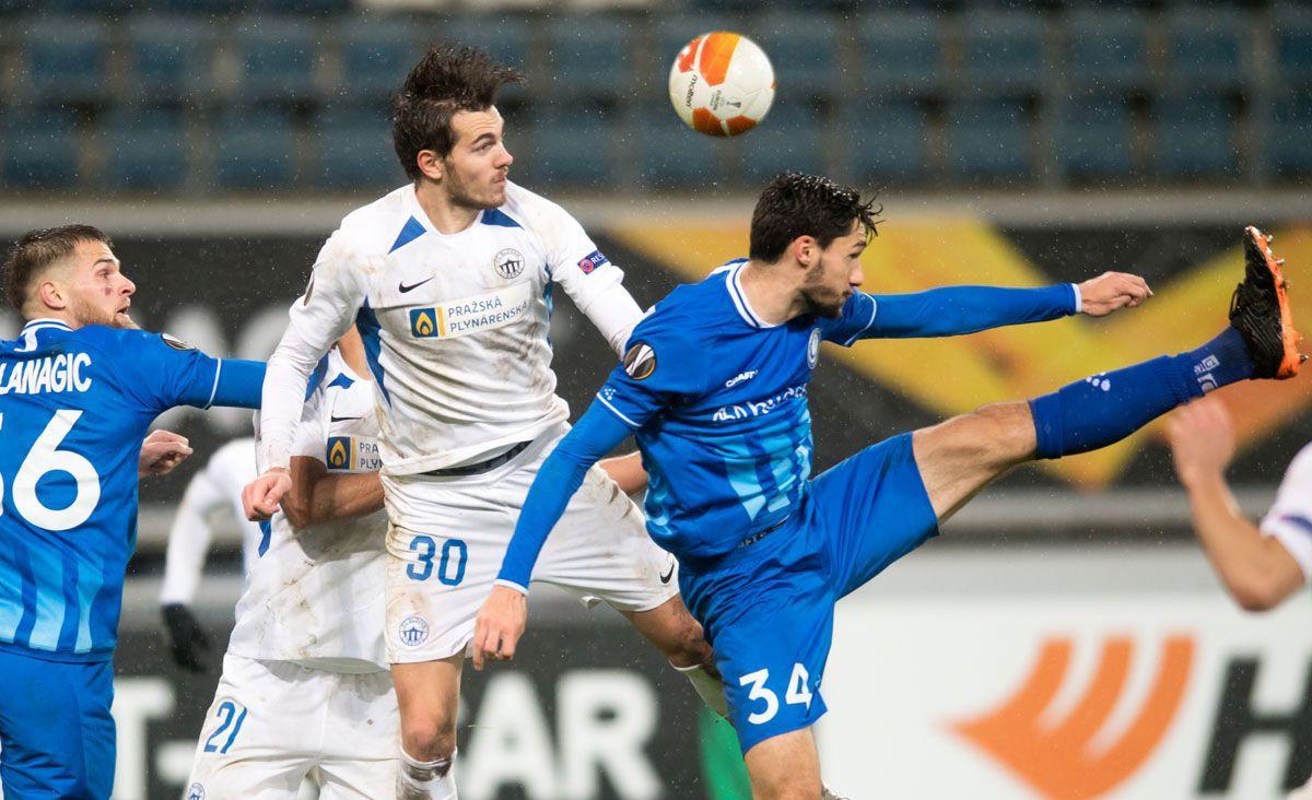 Тарас Качараба (у білому) у матчі проти Гента / фото fcslovanliberec.cz