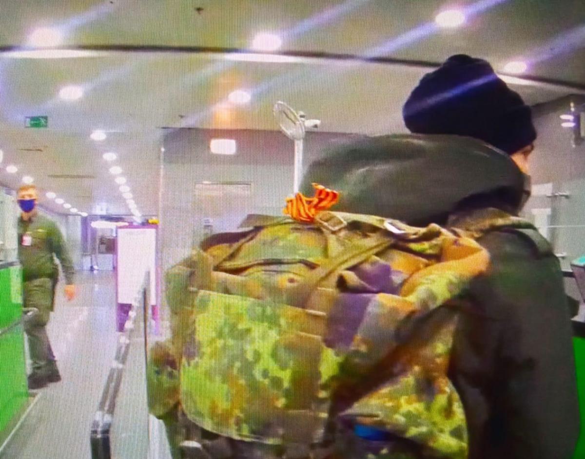 У громадянина Німеччини на наплічнику була пов'язана георгіївська стрічка / фото ДПСУ
