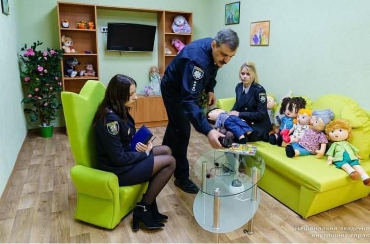 "Работа правоохранителей и психологов в ""зеленой комнате"" / фото naiau.kiev.ua"