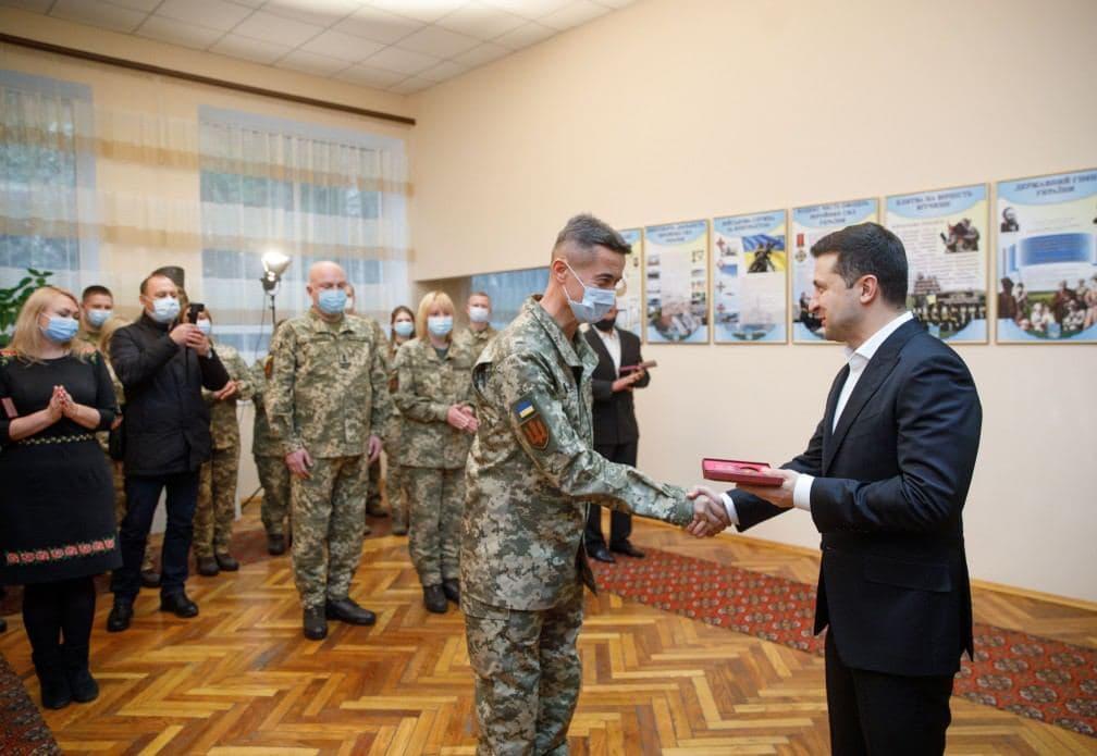 У Міжнародний день волонтерівВолодимир Зеленський відвідав Військово-медичний клінічний лікувально-реабілітаційний центр Міноборони України / фото president.gov.ua