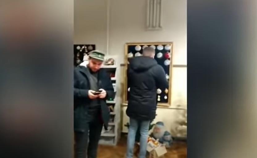 Ветераны требовали, чтобы руководитель компании показал им утилизированные игрушки / скриншот