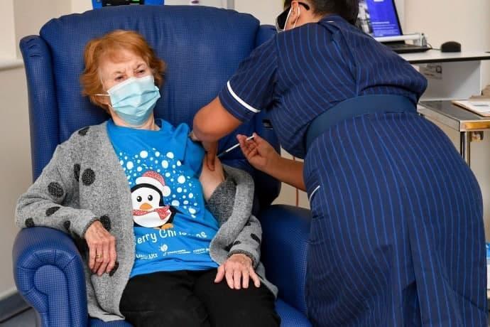90-летняя Маргарет Кинан первой в мире получила вакцину от коронавируса / фото REUTERS