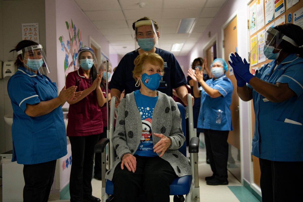 Женщину, которую первой вакцинировали от коронавируса в Великобритании, выписали из больницы / фото REUTERS