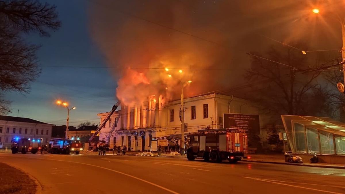 Будівля загорілася рано вранці/ фото місцевого пабліку в Facebook
