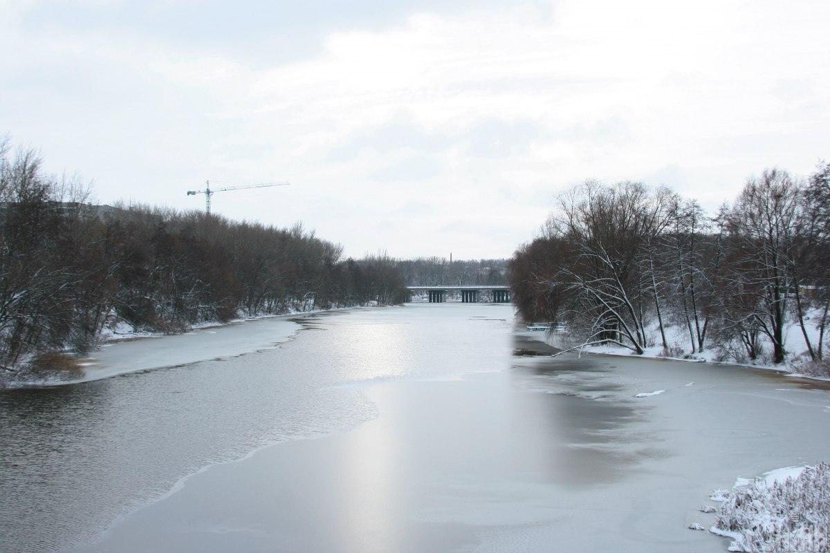 Водоемы начинают постепенно покрываться льдом / фото УНИАН