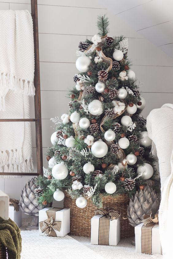 Белая новогодняя елка 2021 / фото pinterest.com