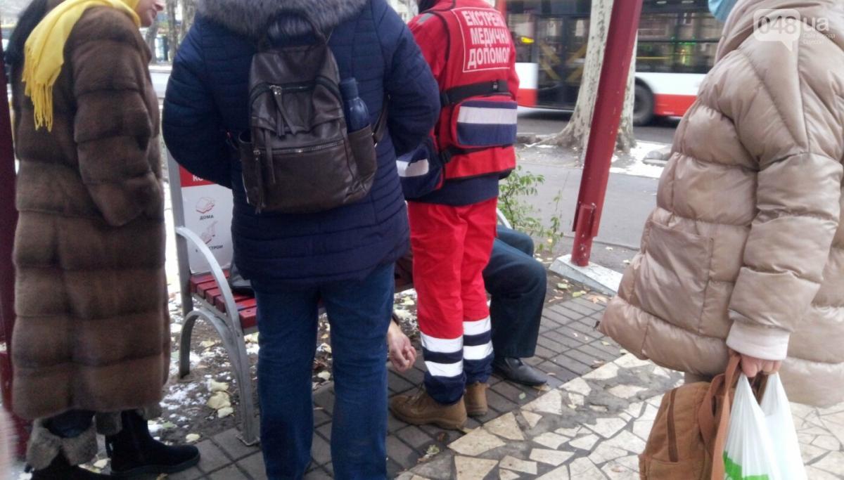 В Одессе мужчина умер на улице, не дождавшись скорой / .048.ua