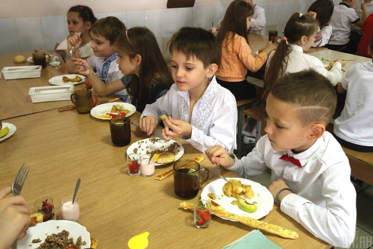 """Школьников перестанут кормить """"вредной"""" едой / фото УНИАН"""