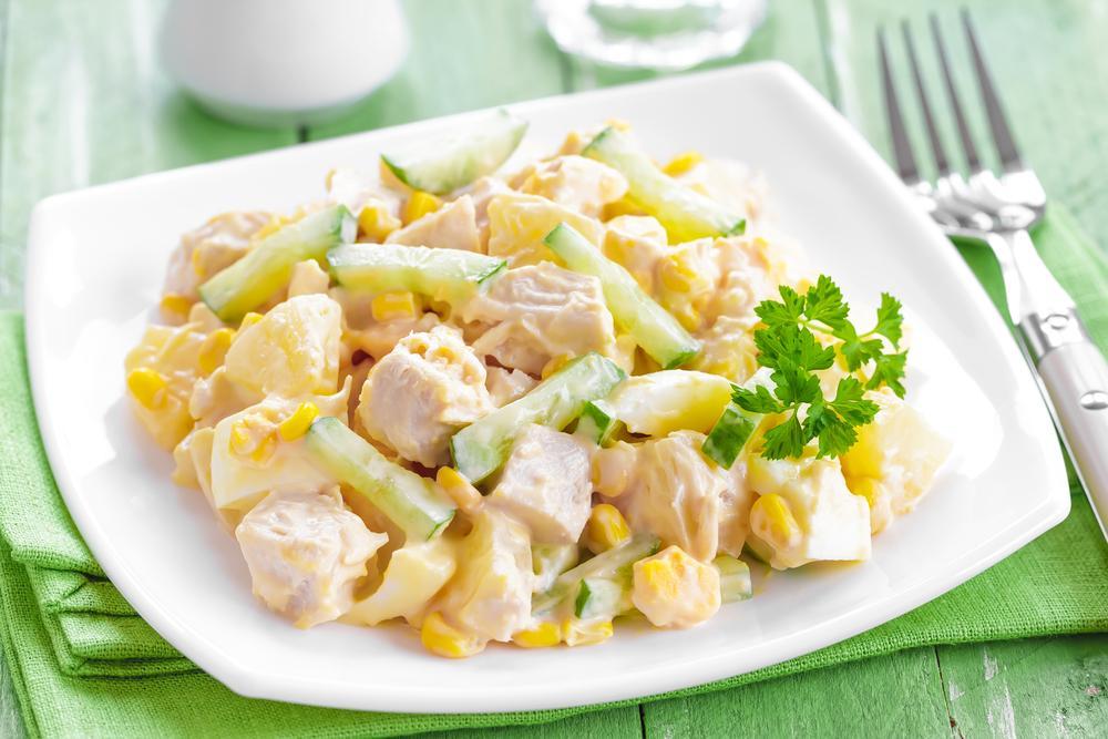 Салаты с ананасами и мясом / фото ua.depositphotos.com